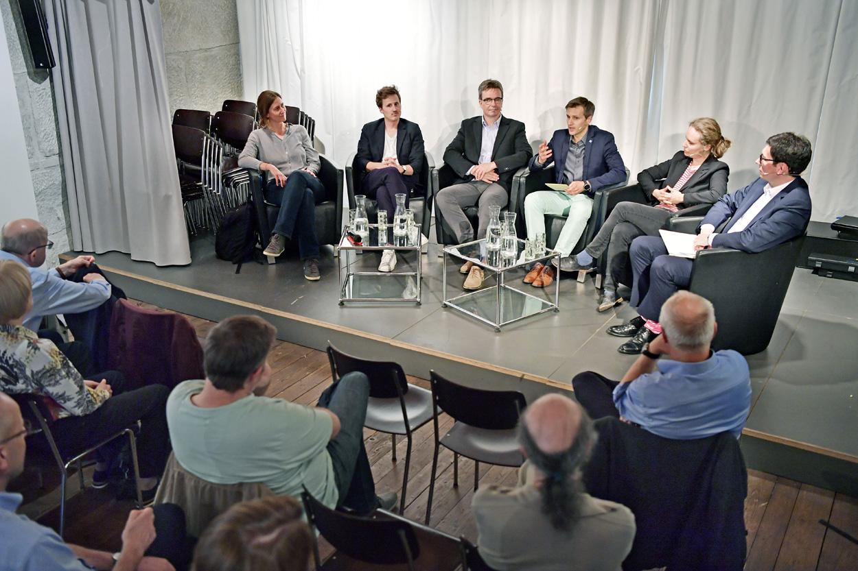 Debatte: Virtuelle Agora. Sind Wahrheit und Demokratie die Opfer der digitalen Transformation?