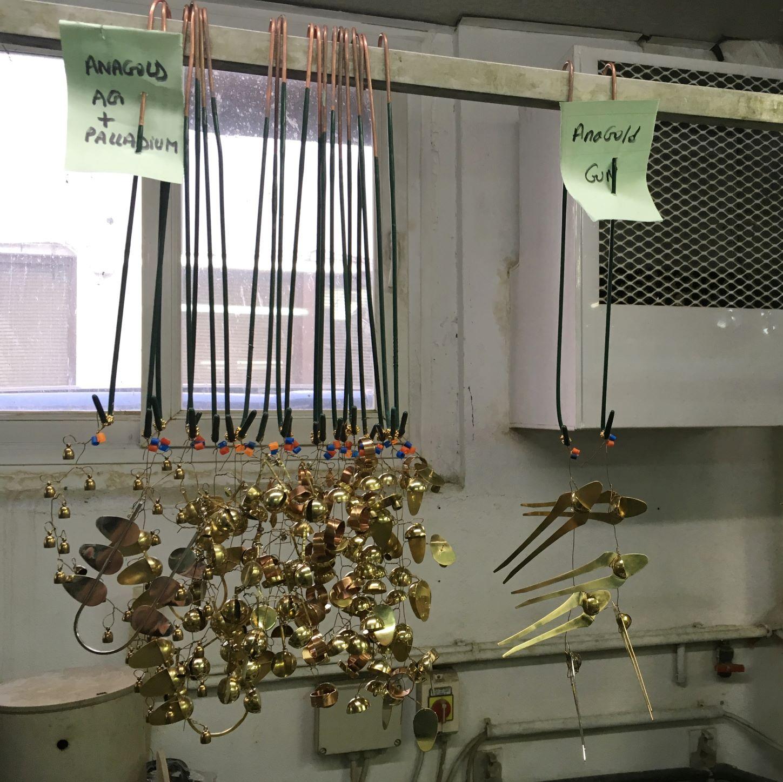 Les bijoux en laiton brut sont en attente de la dorure chez le spécialiste
