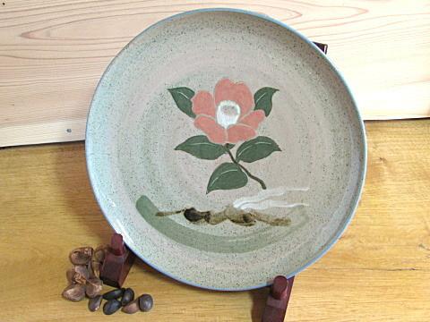 椿の大皿。記念品などによくご利用いただきます。
