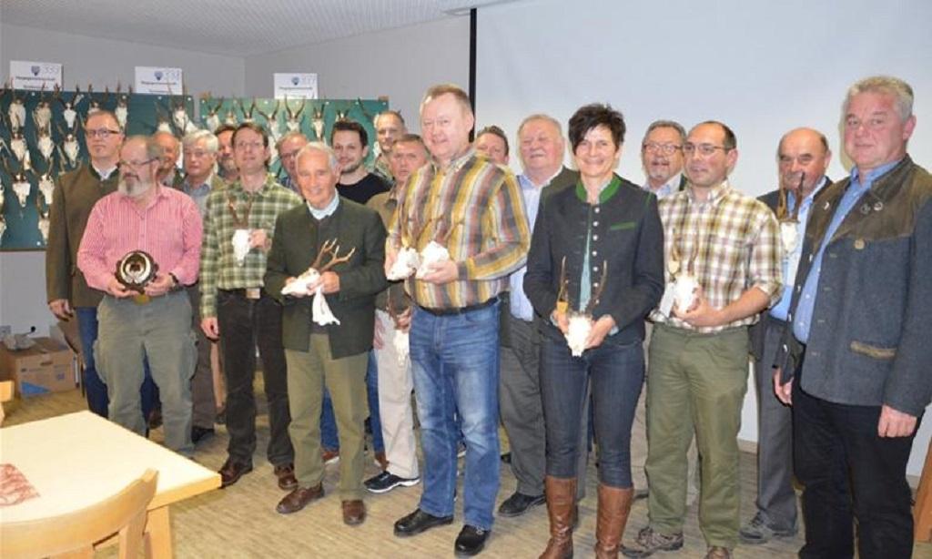 Quelle: mittelbayersiche.de, Foto: Gerhard Hahn / Die Goldmedaillenträger aus dem Jadgjahr 2019 präsentieren ihre Trophäen.