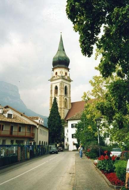 Die Dorfeinfahrt von St. Pauls mit dem majestätischen Kirchturm.