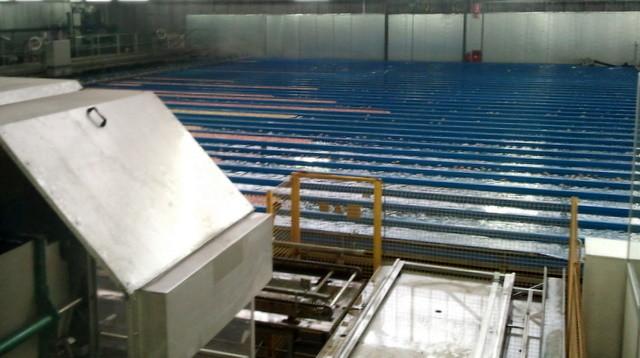 Wettkampfschwimmbad mit 20 Bahnen für die 140 Mitarbeiter der Obstgenossenschaft? Nein, in diesem Wasserbecken werden die Äpfel sortiert. Später mehr dazu.