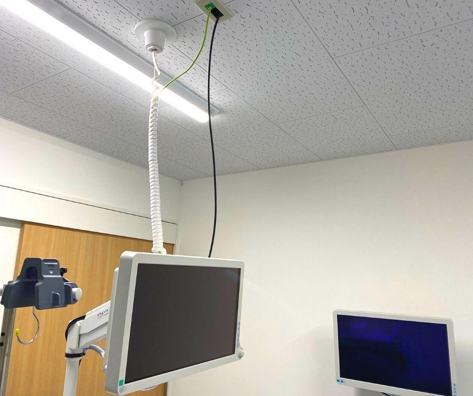 電気や映像のケーブルは天井から内視鏡システムに直接接続しています。