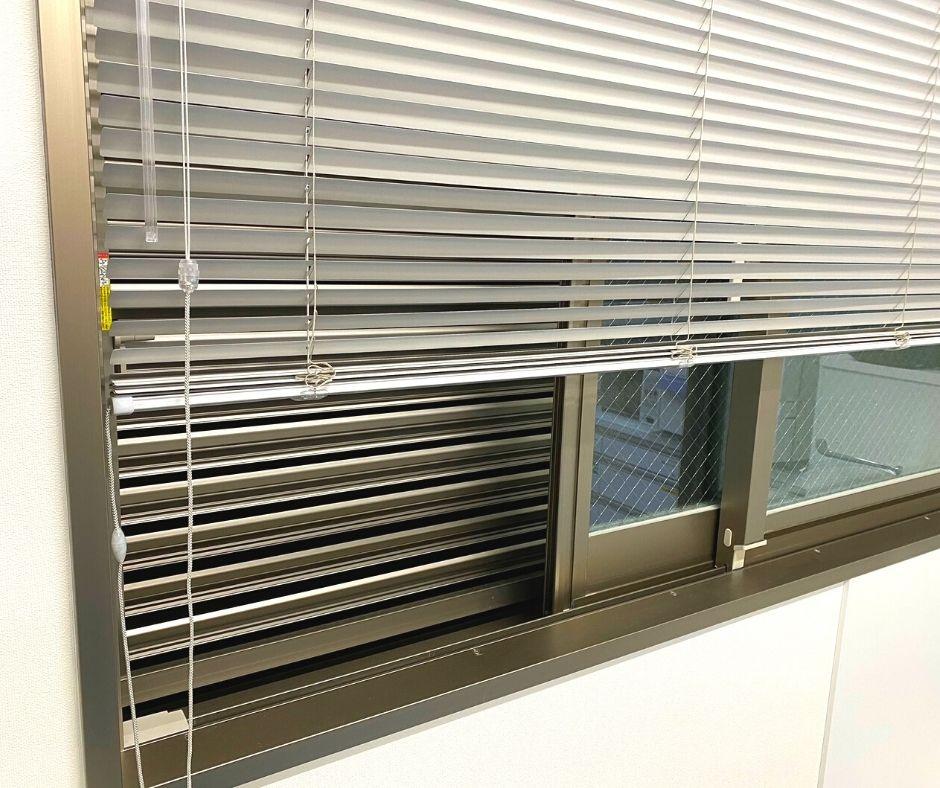 窓にはブラインドと目隠しルーバーを設置しています。