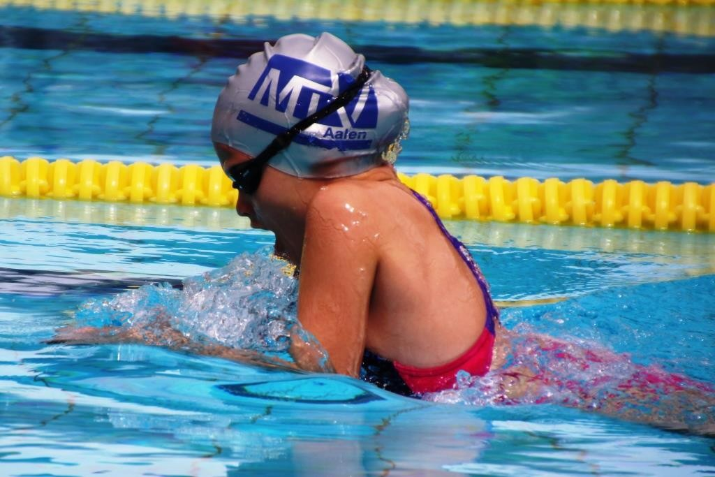 Brustschwimmerin