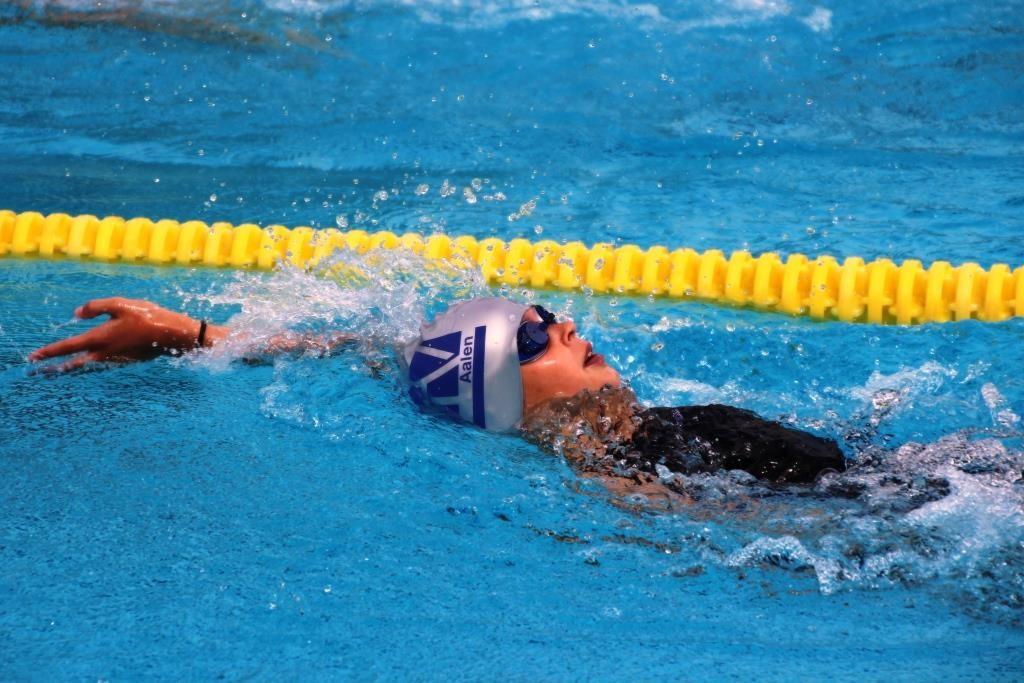 Rückenschwimmerin