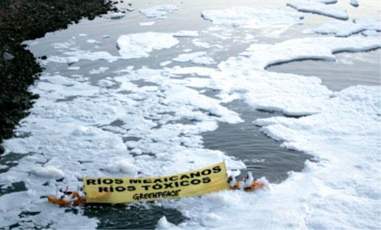 Protesta de Greenpace en el río Santiago en marzo de 2012.Alejandro Acosta / Reuters