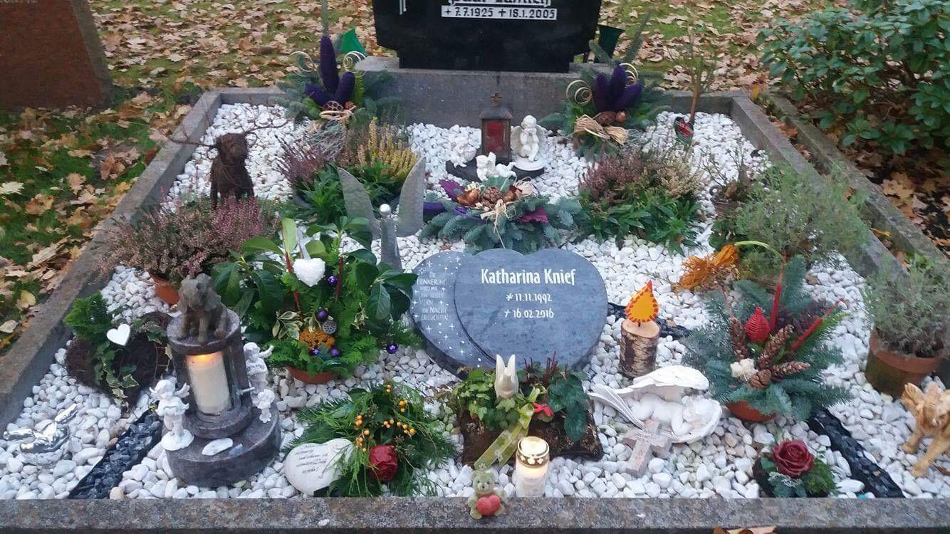 Ihr Grab vom 23.11.2016 - Das Gesteck (rechts von der Grablampe)  ist selbst gemacht von ihrer allerbesten Freundin