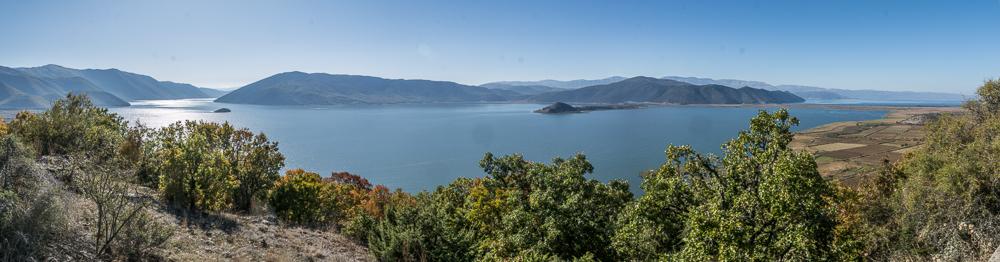 Aussicht von unserem Übernachtungsplatz hoch über dem kleinen Prespa See