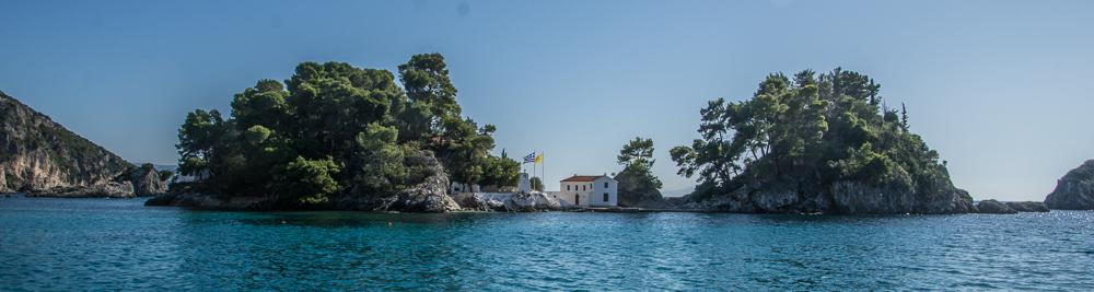Die kleine Insel mit der Panargia Kirche