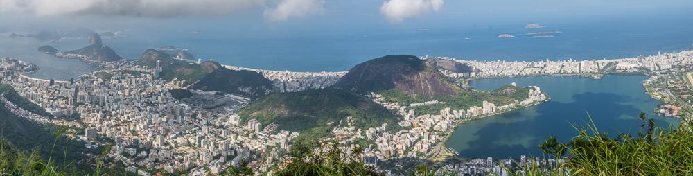 "Copacobana im Zemtrum des Panoramas, rechts die ""Lagoa Rodrigo do Freitas"""
