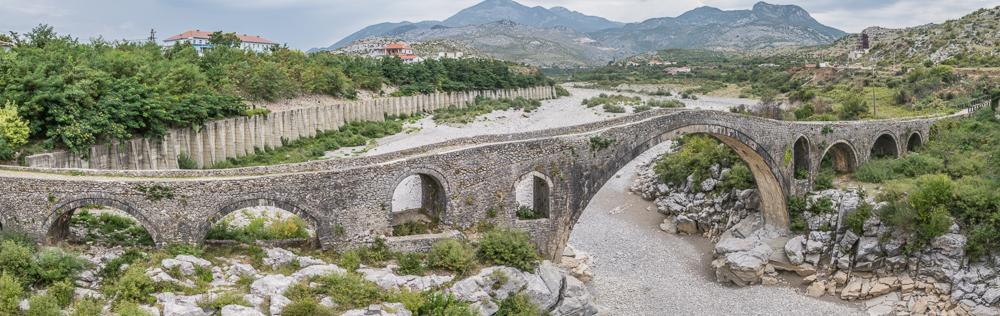 Die alte Bogenbrücke bei Shkodor