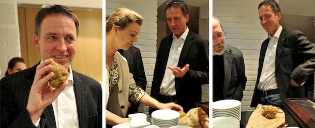 Stephan Burger und die teure Knolle: Rechts: Sogar foodhunter-Redakteur Rudolf Danner muss den Pilz ganz genau beäugen. Foto: foodhunter