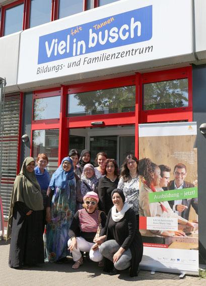 KAUSA-Mitarbeiterin Hafize Sağlam mit dem Team des Bildungs- und Familienzentrums Vielinbusch.