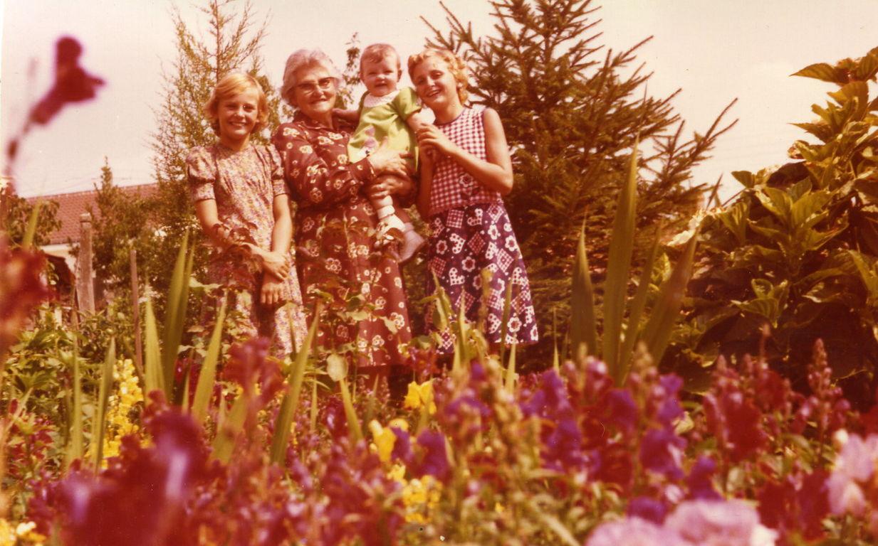Christelle, Anita et Anne Sophie dans les bras de Maman
