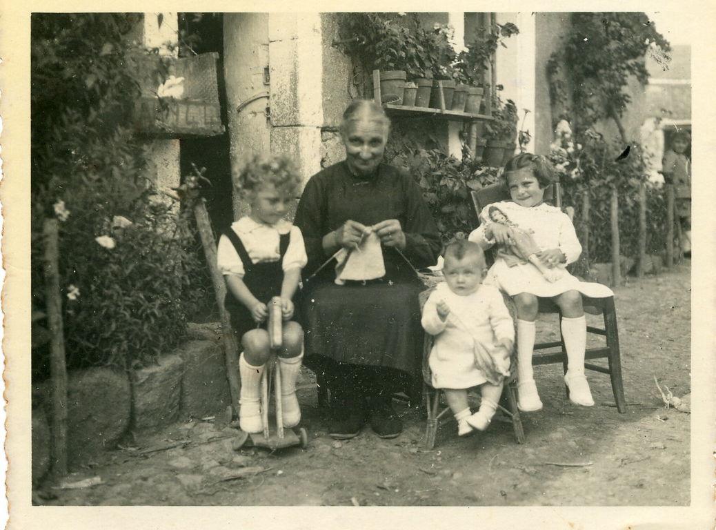 La grand mère avec Jean, Régine , Thérèse