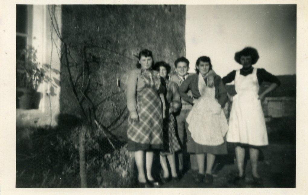 Un jour de battage, Thérèse, Colette de Moulins, Jean, Colette et Monique