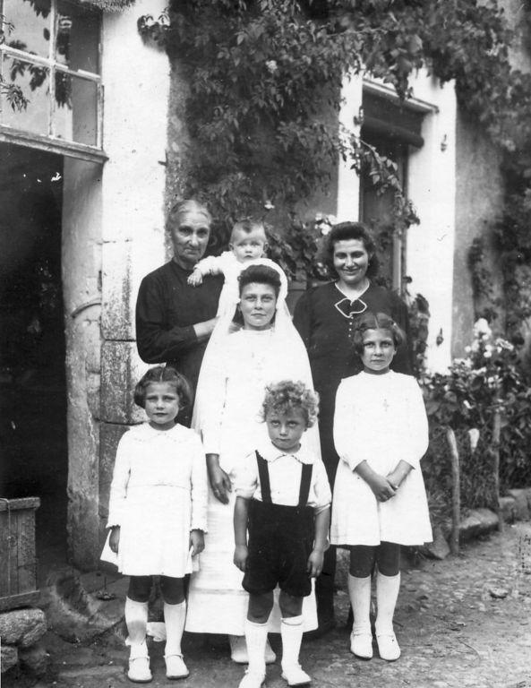 La communion à Colette, Régine dans les bras de grand mère