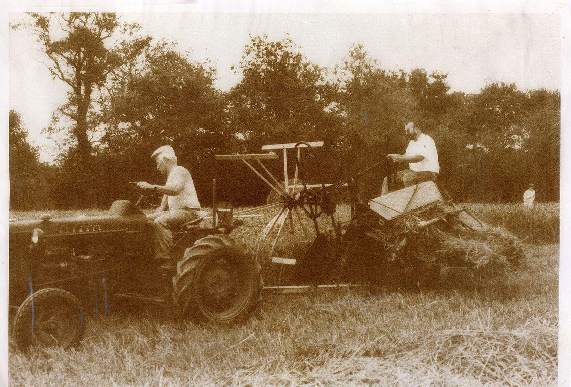 La lieuse tirée par le tracteur, une ressemblance