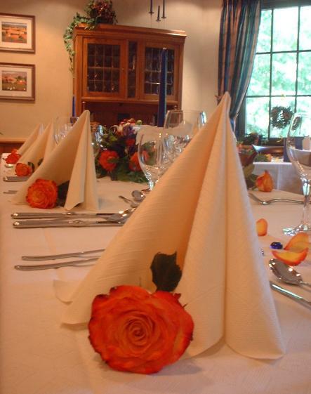 Tafel mit orangen Rosen