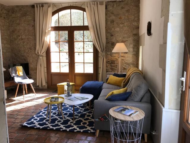 heller Wohnbereich mit Sat-TV und Kamin