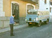Julián Segarra Esbrí con su camioneta fantástica.