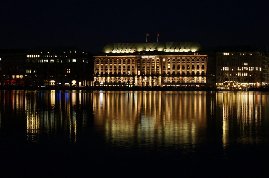 Hapag-Lloyd-Gebäude bei Nacht