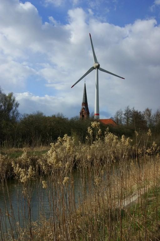 Altenwerder Kirche neben Windrad