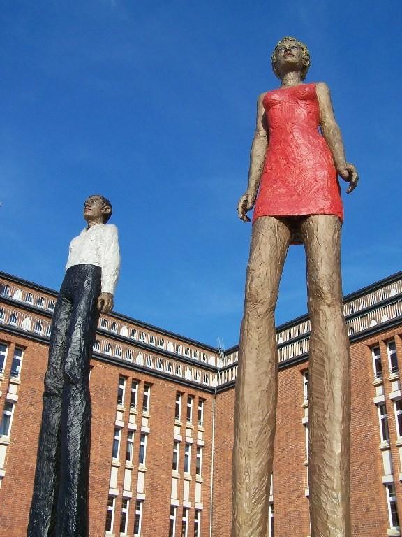 Statuen vor der Zentralen Bücherhalle