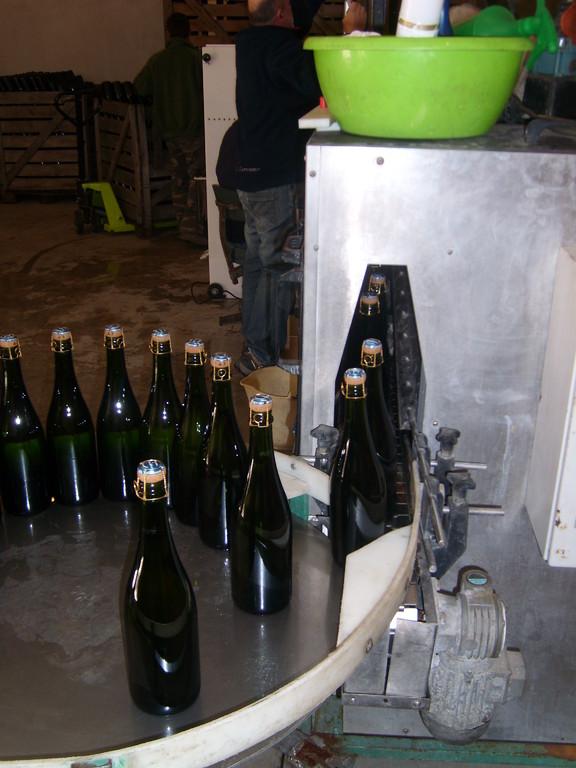 bouteilles dosées, bouchées, remuées et lavées