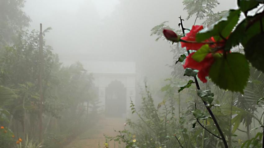 Ashram im Nebel am frühen Morgen.