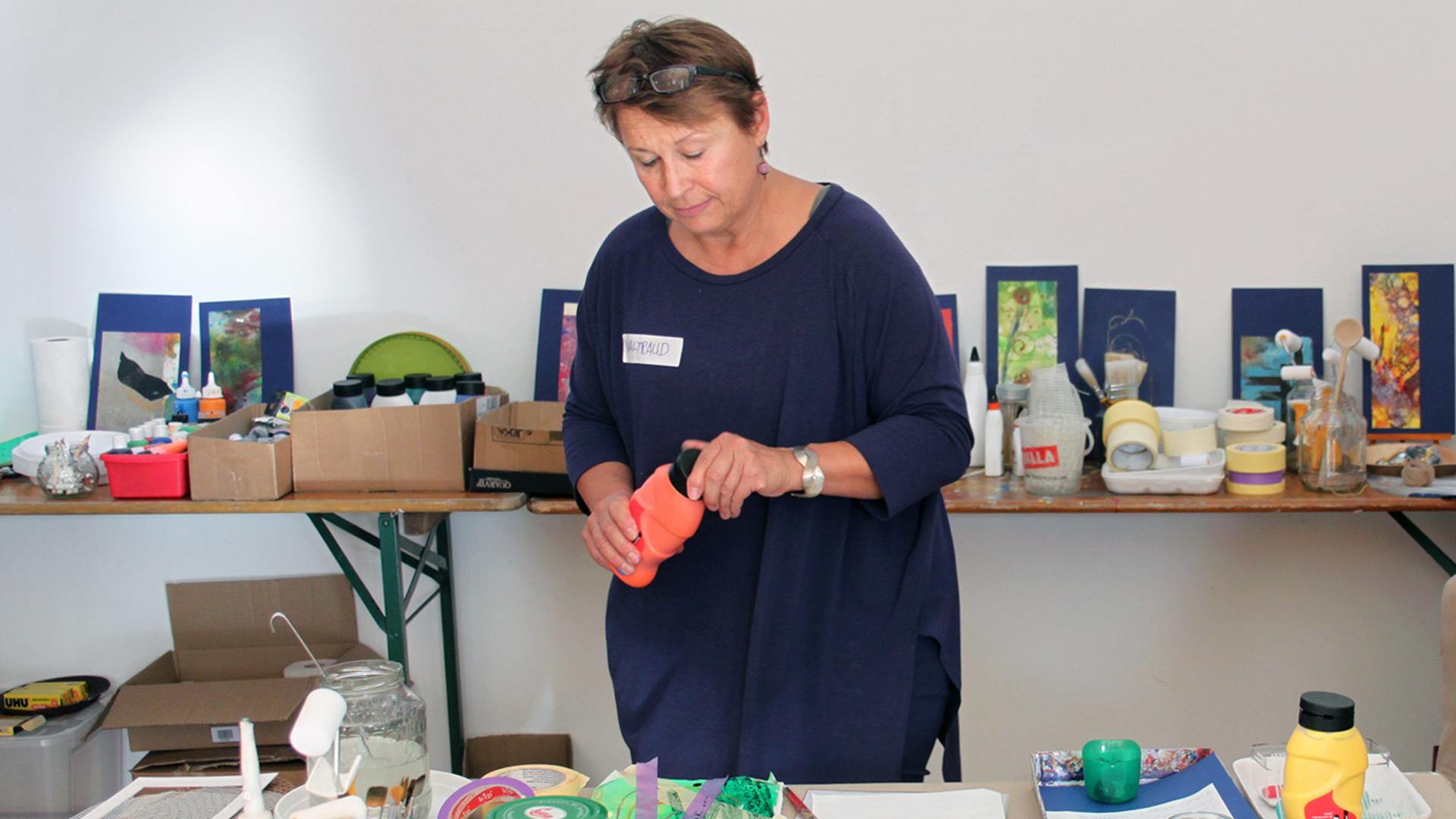 Die Workshop-Leiterin zeigt viele Materialien und Techniken, mit denen Kinder gerne arbeiten.