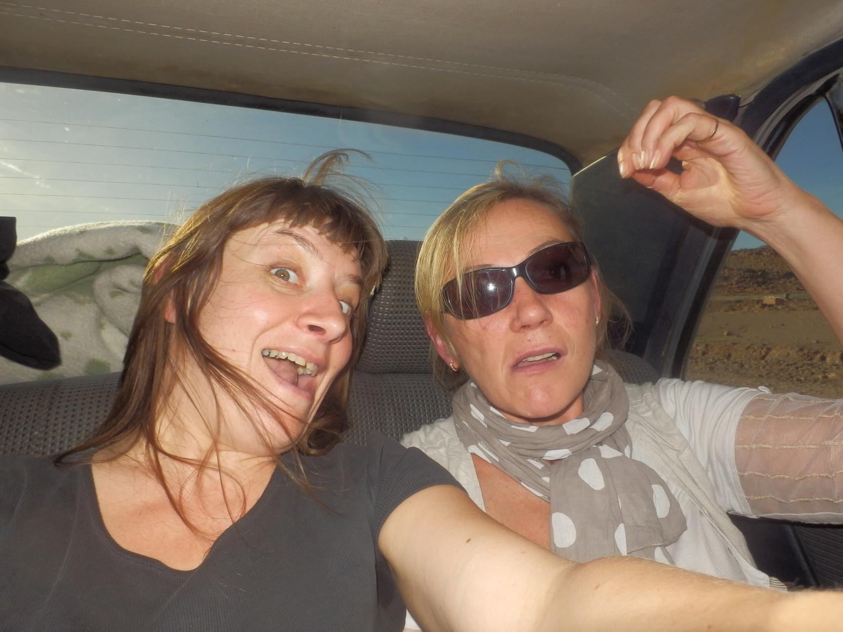 Delphine et Françoise en forme aprés une nuit blanche , un long voyage