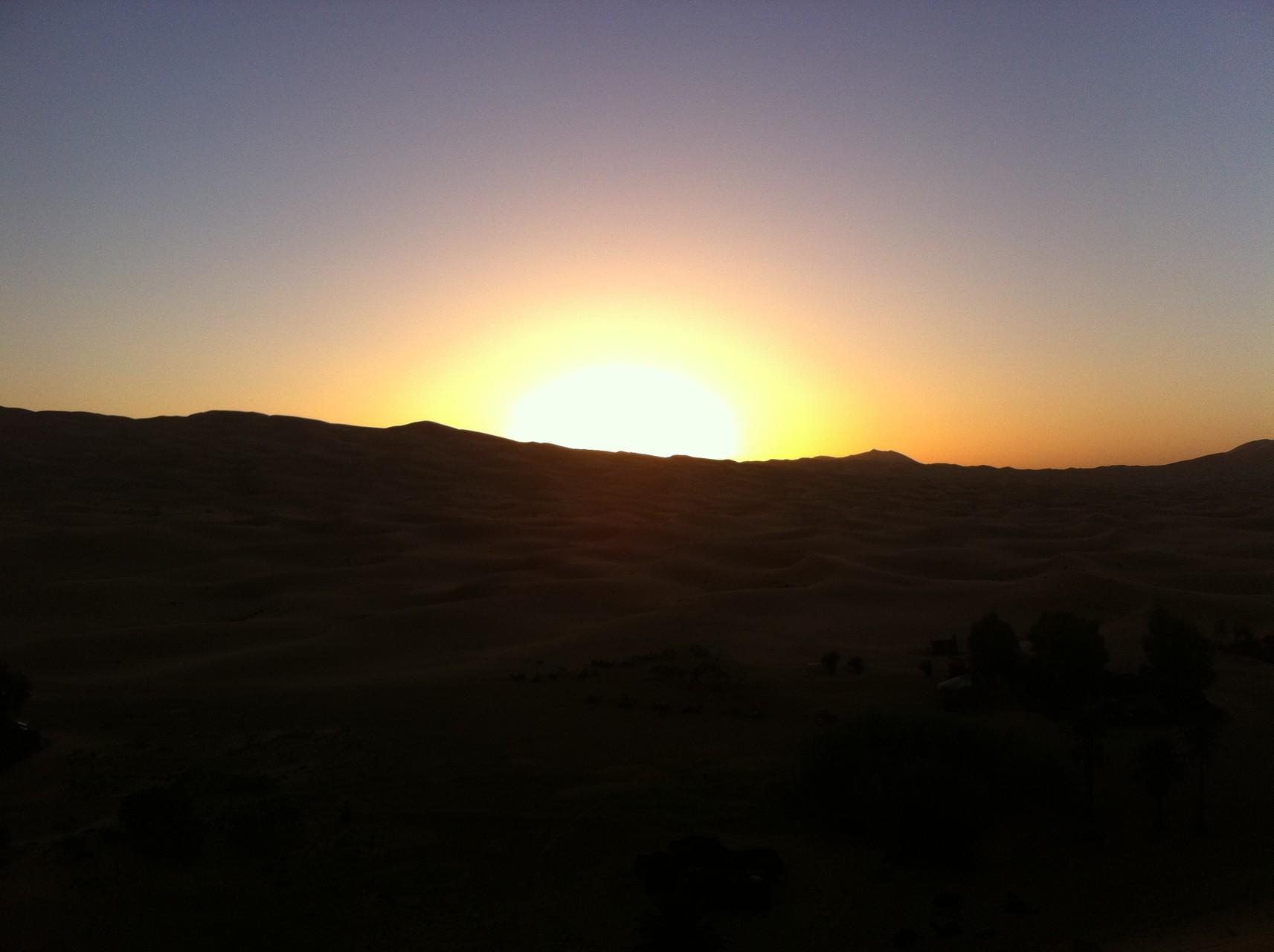 assiste au coucher de soleil