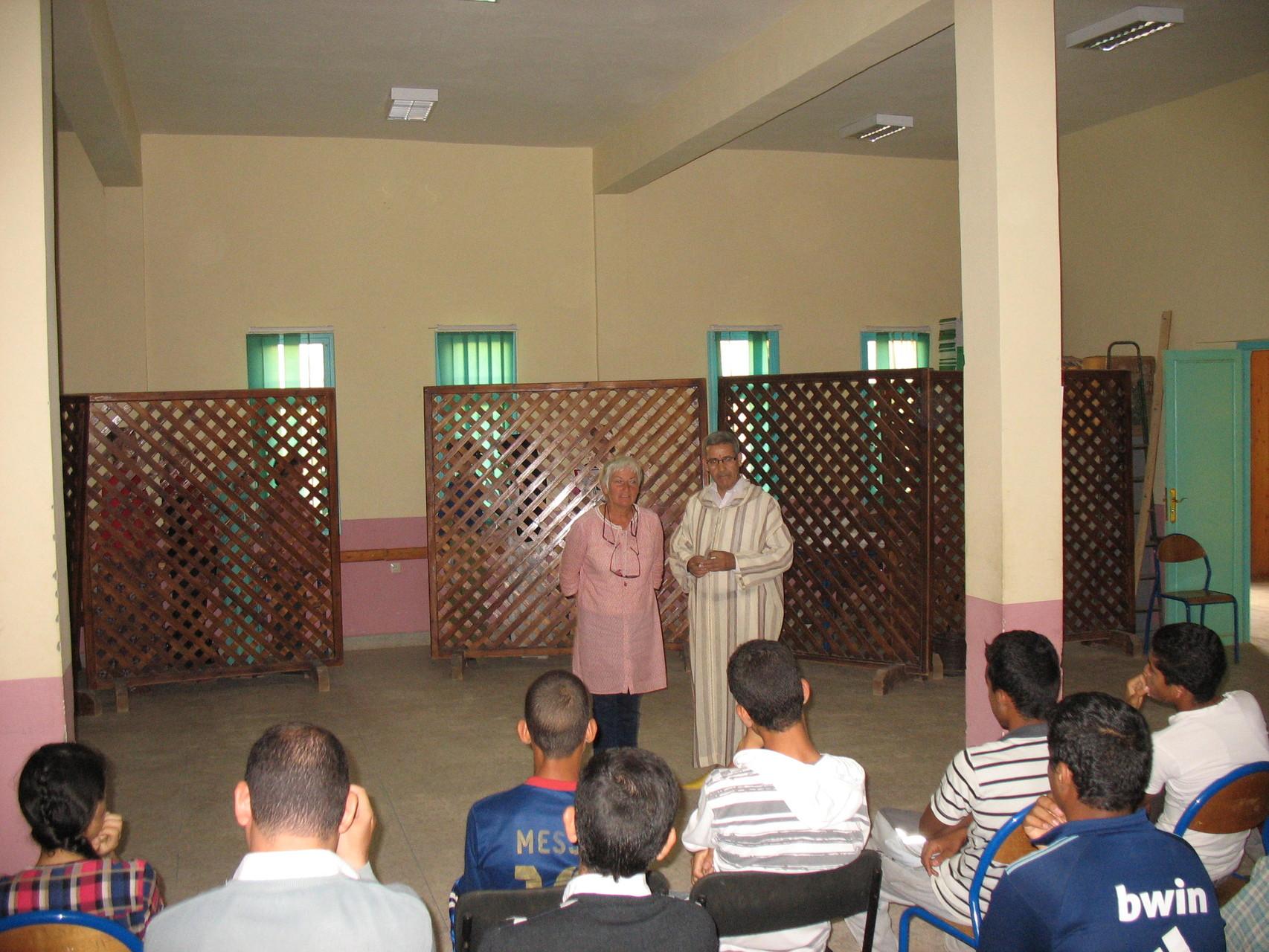 présenter devant un public de lycéens, Mbarek fait trés bien les présentations