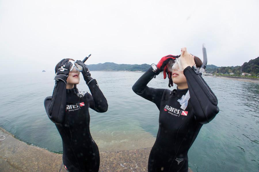 マスク(水中眼鏡)に水が入ってきたときの対処法の練習風景