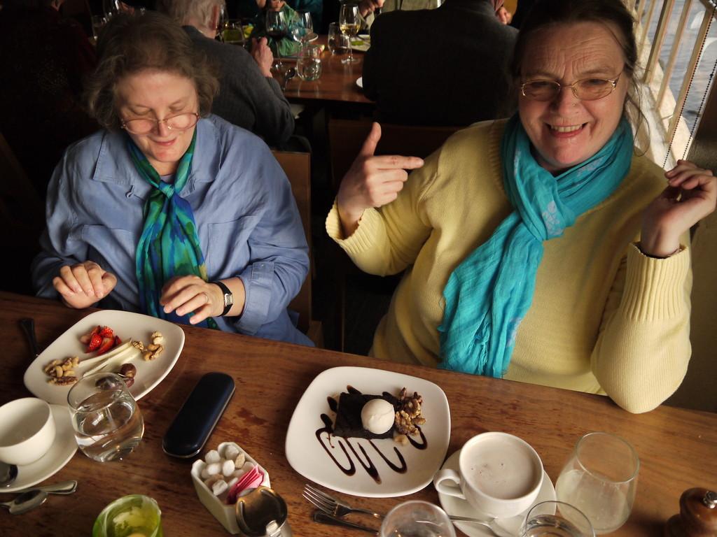 Diana & ich bewundern unseren Nachtische im Greens Restaurant, Marina, San Francisco