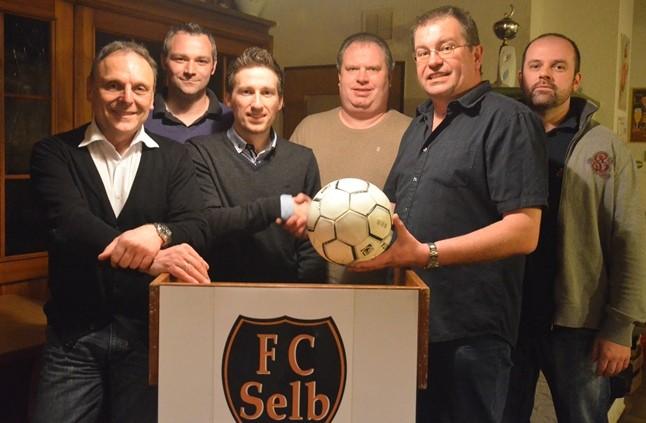 Die Vorstands- und Gründungsmitglieder der Kickers Selb erhalten symbolisch für die Übergabe des Sportbetriebes einen Fußball von der Vorstandschaft des FC Selb überreicht.