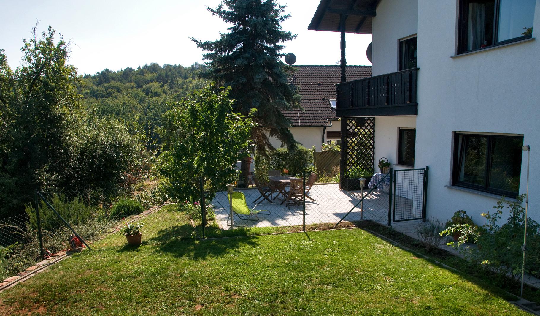 Blick auf die Ferienwohnung und Terrasse