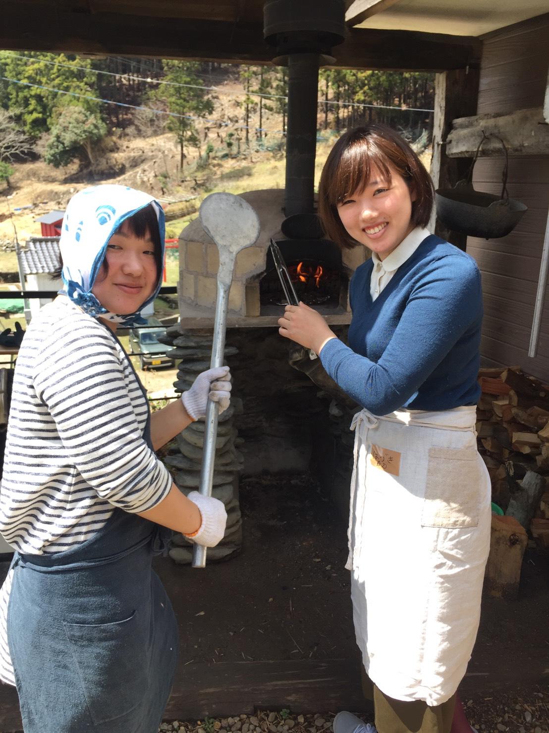 スタッフと一緒に、窯焼き体験!