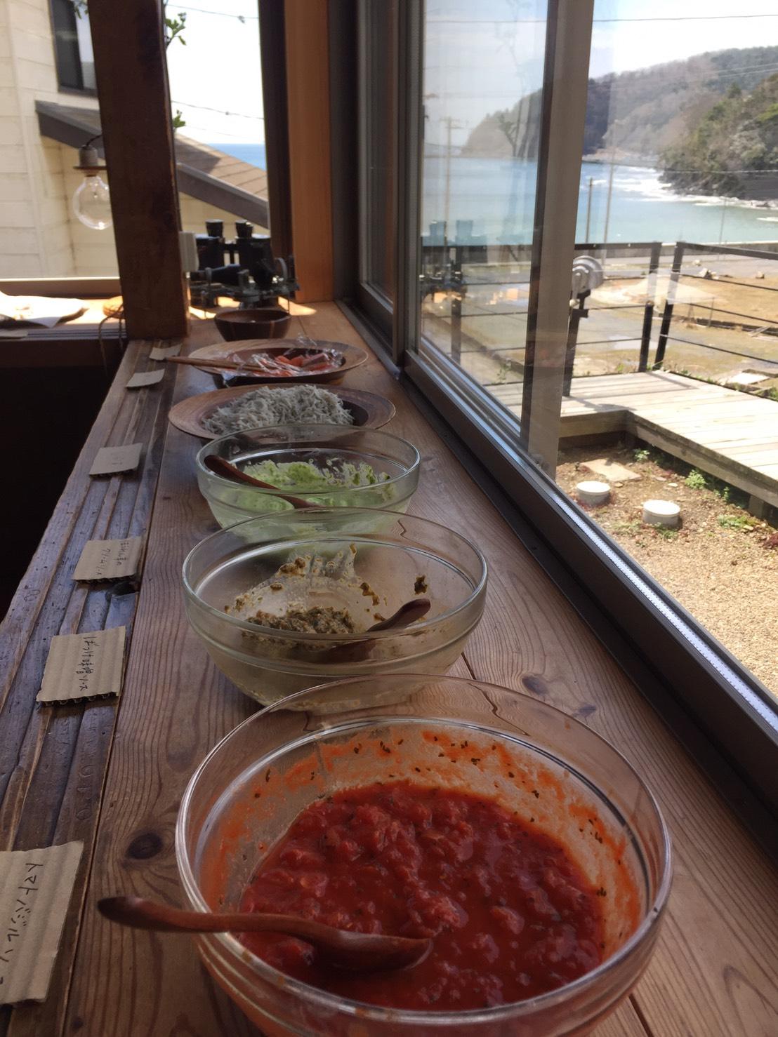 ピザのソースは三種類、「ばっけ(ふきのとう)味噌ソース」「トマトバジルソース」「ほうれん草のクリームソース」。