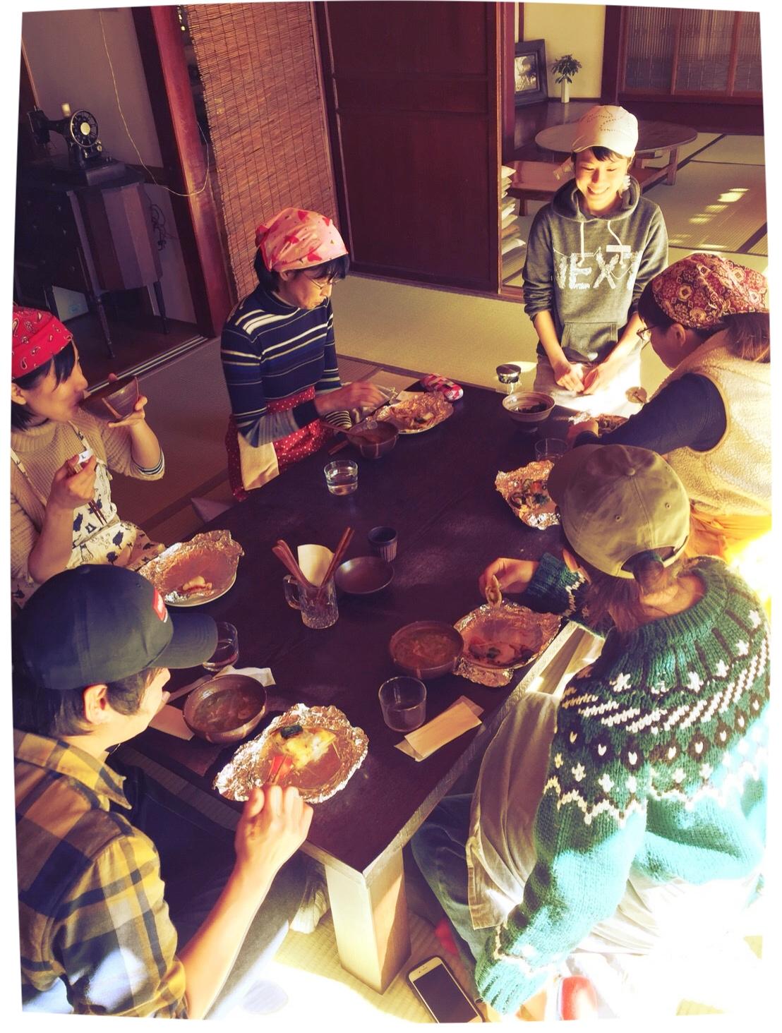 手作りのピザを頬張りながら、みんなで食卓を囲む、ゆったりとした時間。