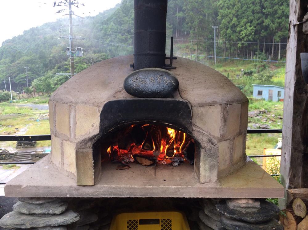 石窯に火入れ。2、3時間ほどで、ピザを焼ける温度まで上がります。