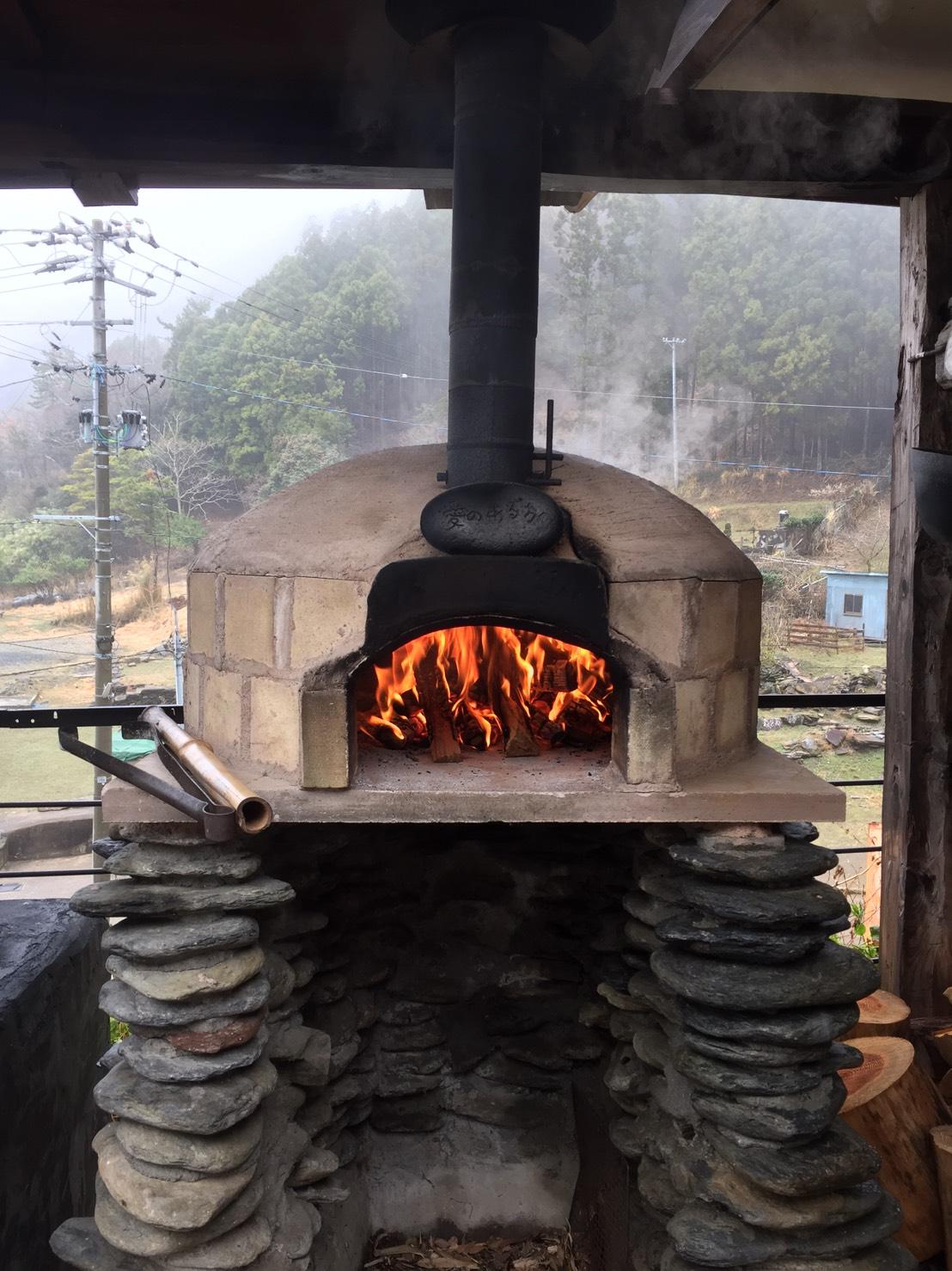 しっかりと窯を温めて、お客さまがいらっしゃるまでに準備!