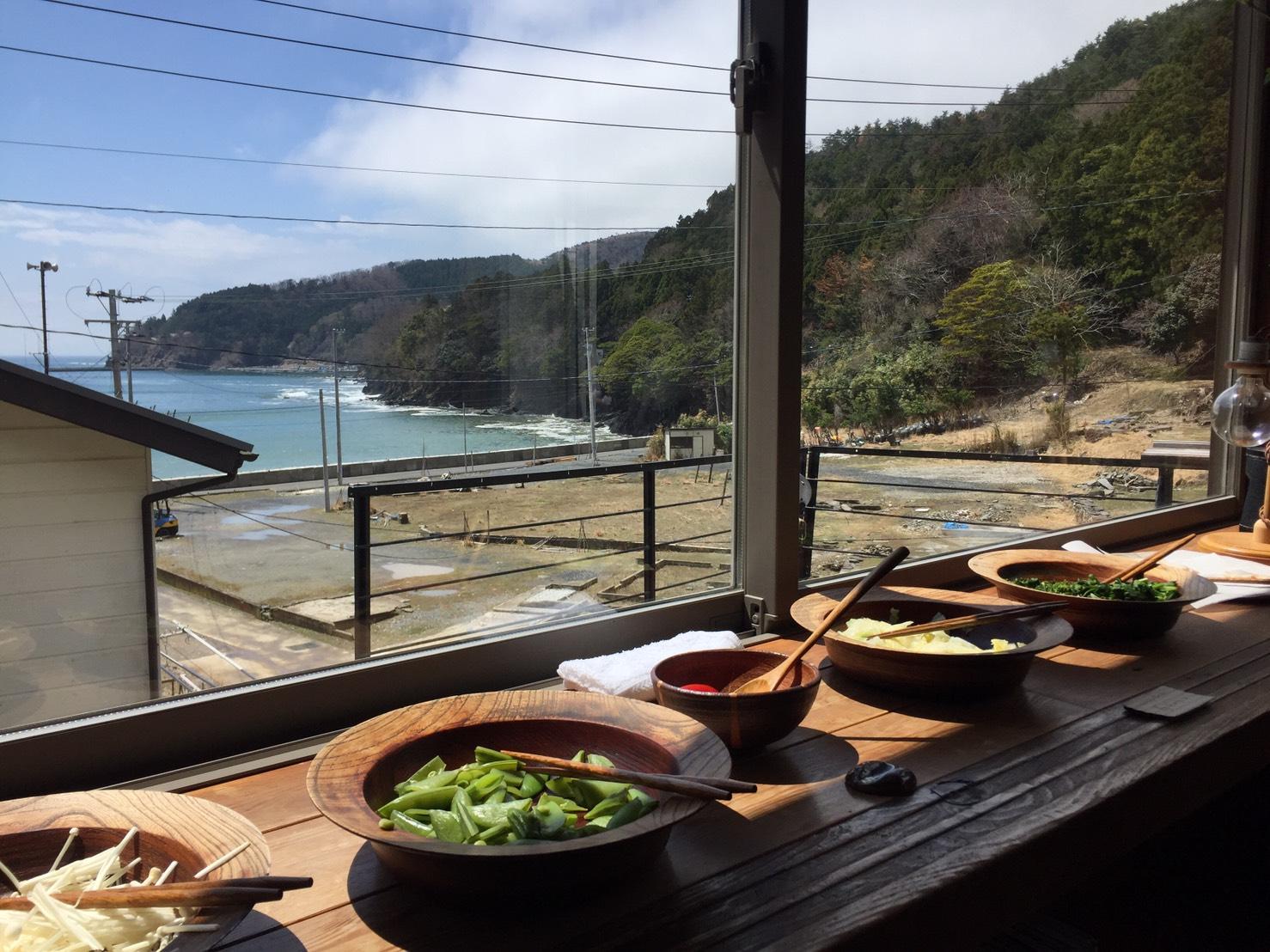 具材は、シラスや銀鮭、春キャベツや新玉ねぎ、スナップエンドウやつぼみ菜など、旬の食材をたっぷりと。ワークショップの始まる頃には、お天気も良くなり、海も綺麗に見ることができました^^