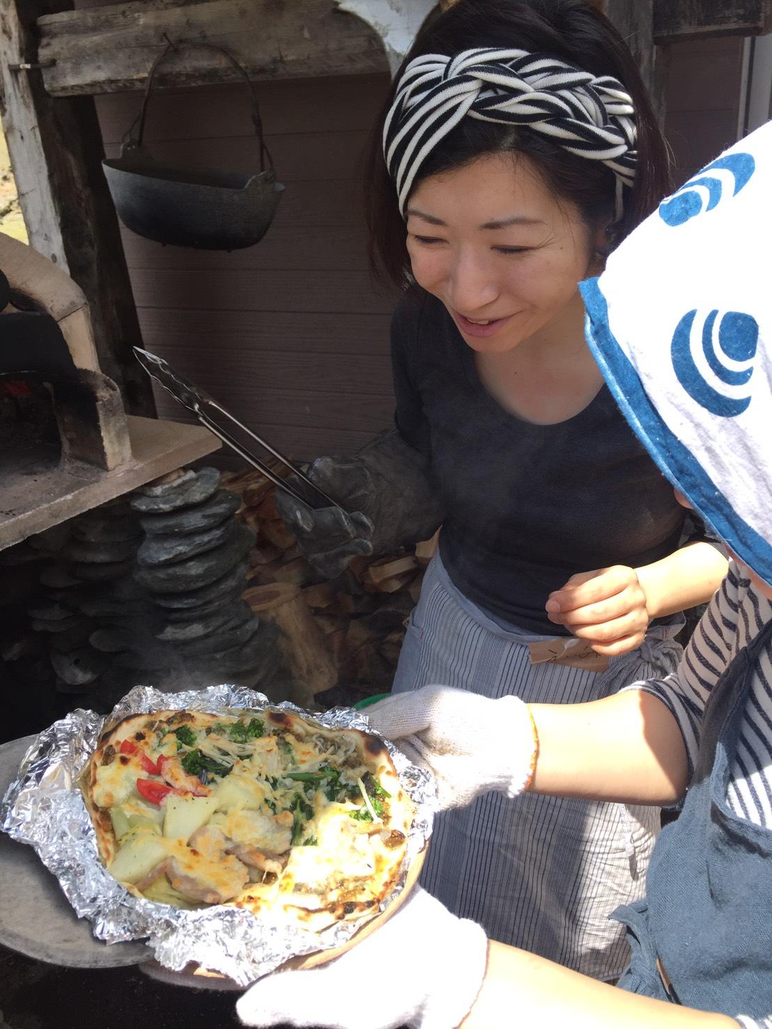 ピザは窯に入れて回しながら焼いて、あっという間に焼きあがります。