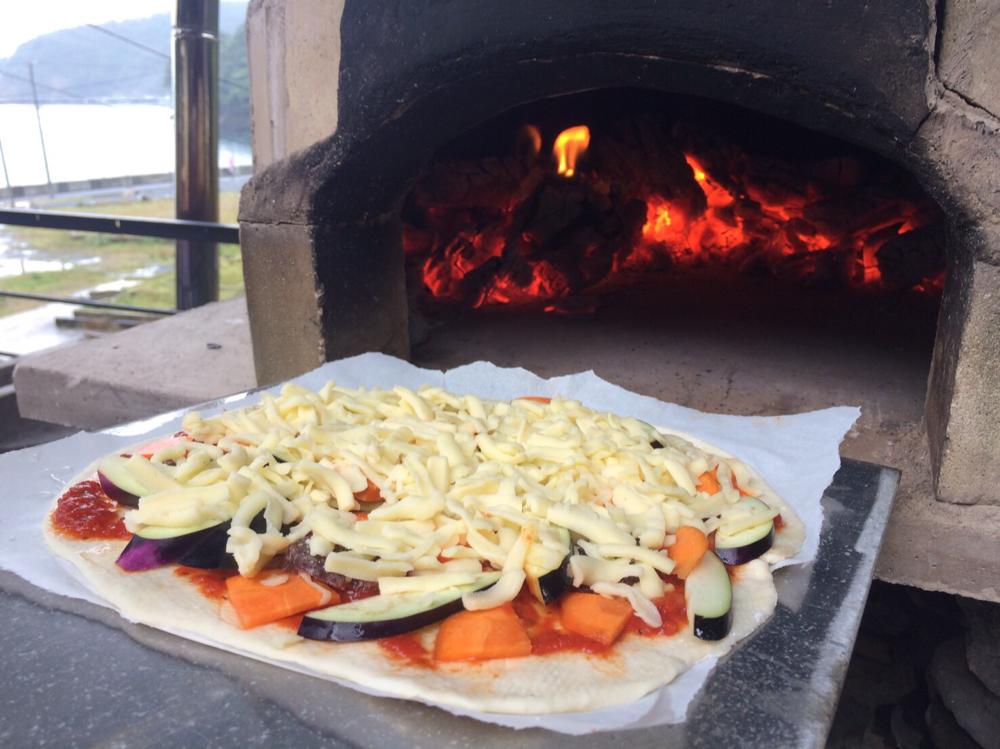 国産小麦で作ったピザ生地に、野菜や鹿サラミ、チーズをのせて、、、