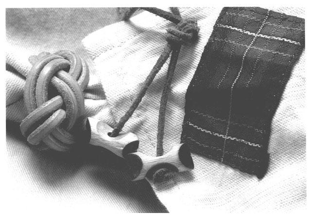 Woodbadgetuch, -knoten & Lederband mit 2 Holzklötzchen