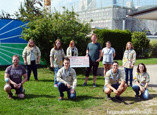 Eine Abordnung der Kerwabuam und -madli übergab einen Spendenscheck in Höhe von 300 Euro an die Pfadfindergruppe in Gunzenhausen