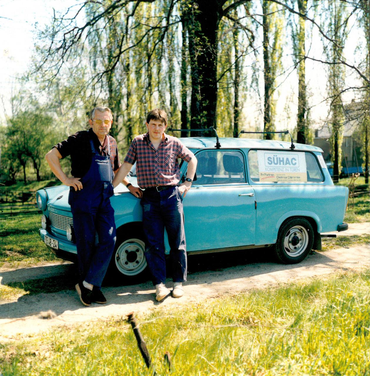 Dietmar Dämmler mit Sohn Steffen Dämmler, damals ging es noch im Trabant 601 Universal zum Kunden - 1991